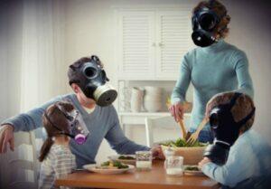 familia con máscaras